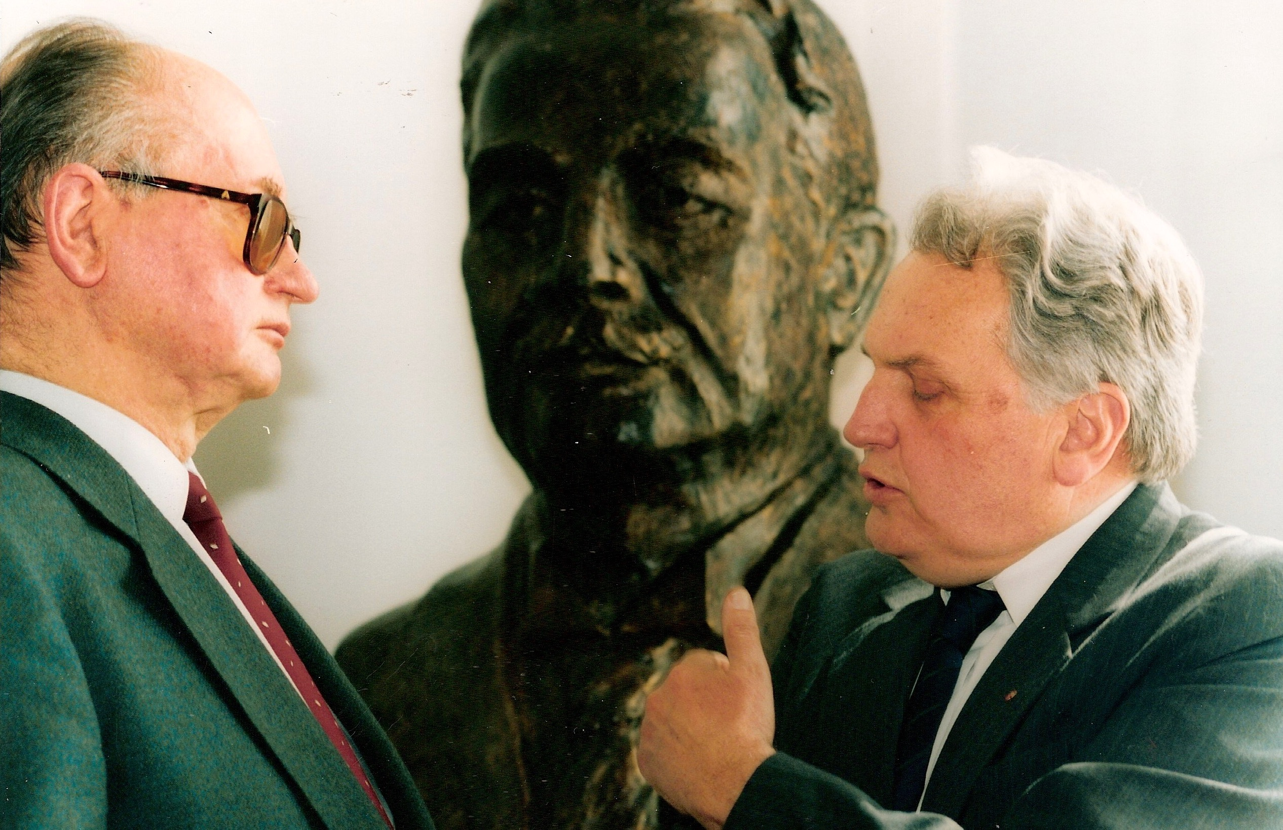Jerzy Wiatr (right) with Wojciech Jaruzelski in the Polish parliament next to a bust of Ignacy Daszyński, Polish socialist politician, Warsaw, 1994