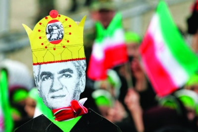 Protesters carry an effigy of Iran's shah, who died in exile in 1980